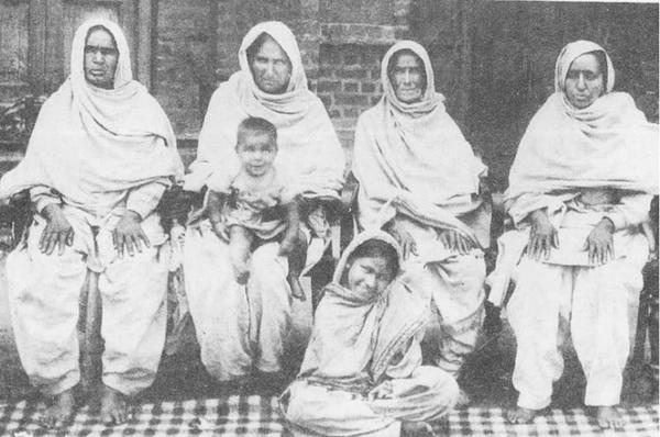 1910s Mata Vidya Wati , Bhagat Singh's Mother (second from Left )