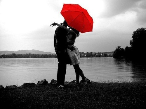 black-and-white-image-of-couple-kissing