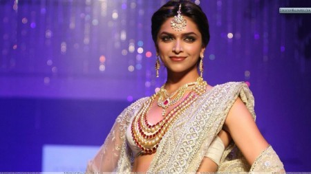 deepika-padukone-in-white-saree-wearing-jewellery-e1447485968624